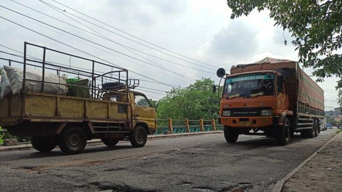 Banyak Lobang dan Tiang Pembatas Hilang, Pengendara Was-was Melintas di Jembatan Titi Pahlawan
