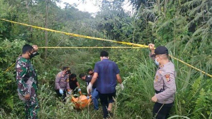 Polisi mengevakuasi mayat wanita tanpa identitas di kawasan wisata Gunung Salak, Kecamatan Nisam, Kabupaten Aceh Utara, Minggu (6/6/2021). Kini terungkap identitas wanita tersebut inisial C yang berprofesi sebagai sopir taksi online grab asal Medan, Sumatera Utara. (Dok Mapolres Lhokseumawe)