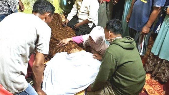 Jenazah Tatang Suhendar, penggali kubur yang dibantai keponakannya sendiri saat berada di rumah duka Kelurahan Tanah 600 Marelan, Senin (19/7/2021) malam.(HO)
