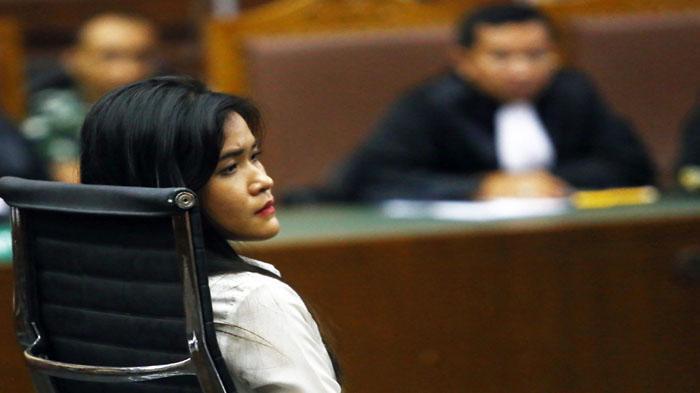 Terdakwa Jessica Kumala Wongso, hadiri sidang di Pengadilan Negeri Jakarta Pusat, Rabu (20/10/2016). Dalam sidang yang beragendakan duplik dari terdakwa itu, Jessica akan membacakan sendiri pembelaannya. (Warta Kota/Angga Bhagya Nugraha)