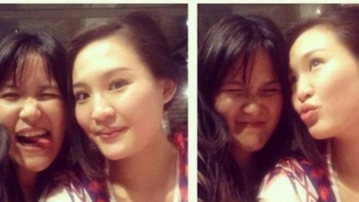 Jessica Wongso dan Mirna Salihin berpose dalam sebuah photo booth.