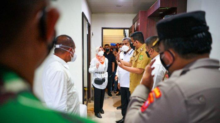 Wali Kota Medan Muhammad Bobby Afif Nasution ikut mengecek gedung Madinah Al Munawwarah Asrama Haji Medan di Jalan AH Nasution yang dijadikan tempat Isolasi Terpadu (Isoter) penanggulangan Covid-19 Provinsi Sumatera Utara, Selasa (10/8/2021).
