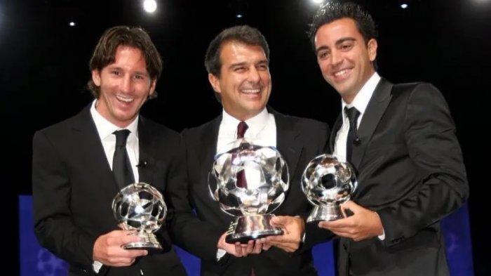 Presiden Barcelona, Joan Laport (tengah) bersama Messi (kiri) dan Xavi Hernandez