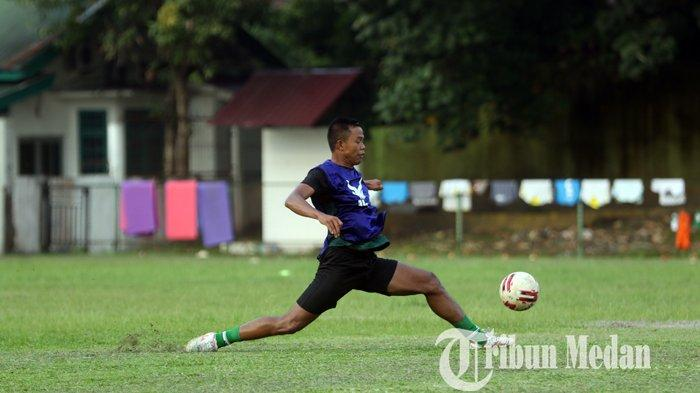 Pemain PSMS Medan Joko Susilo mengikuti latihan rutin di Stadion Kebun Bunga, Medan, Rabu (15/9/2021). Skuat PSMS Medan terus melakukan persiapan dengan tambahan pemain untuk mengisi slot jelang bergulirnya Liga 2.