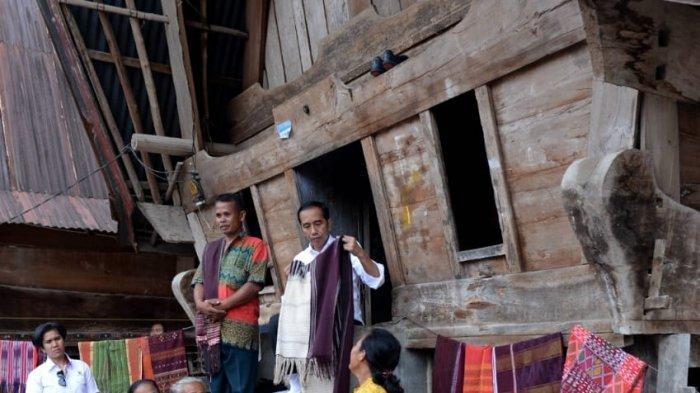 Gagal Bertemu Presiden Jokowi, Wanita Ini Menangis Sembari Berpuisi dan Bernyanyi