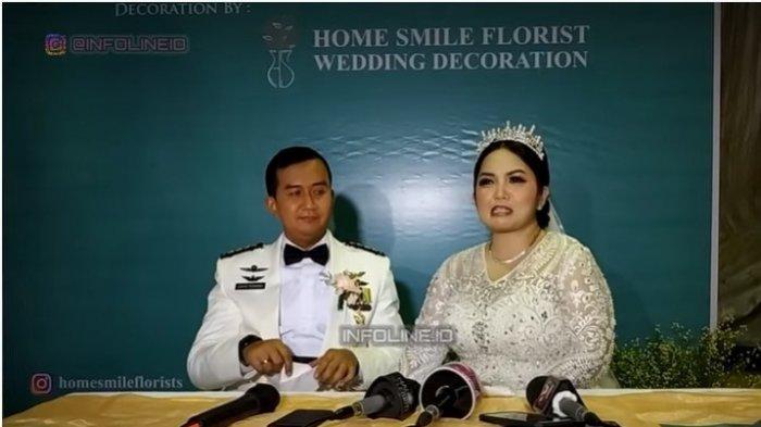 Joy Tobing dan suami Kolonel CPN Cahyo Permono
