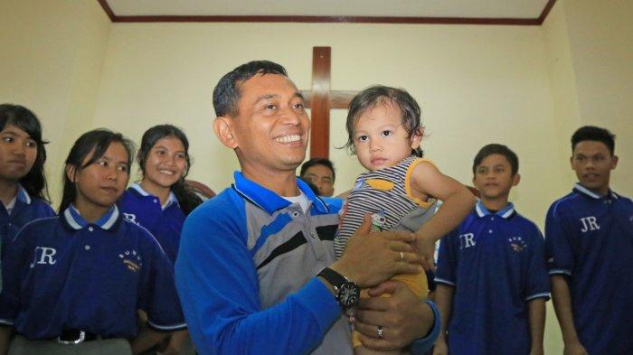 Peringati Hari Pahlawan, JR Saragih Kunjungi Anak Panti Asuhan BKM GKPS