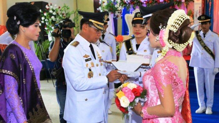 Bupati JR Saragih Pasangkan Cincin pada Upacara Pernikahan Alumni IPDN