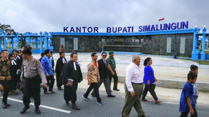 JR Saragih Jalan Kaki di Parade Perayaan Natal Simalungun