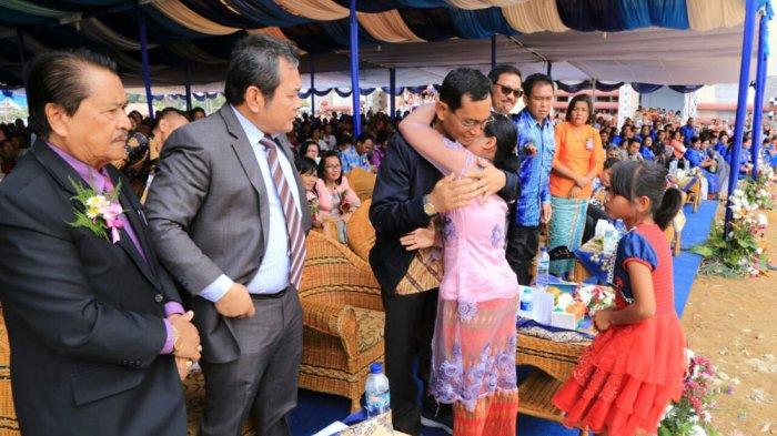 Bupati JR Saragih Dapat Pelukan Erat dari Keluarga Korban Tersambar Petir