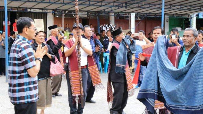 JR Saragih Terima Pedang Tongkat Khas Masyarakat Adat Samosir