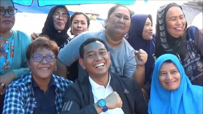 Ibu-ibu Berebut Foto Bareng JR Saragih saat Blusukan Makan Mi Pinggir Jalan di Siantar