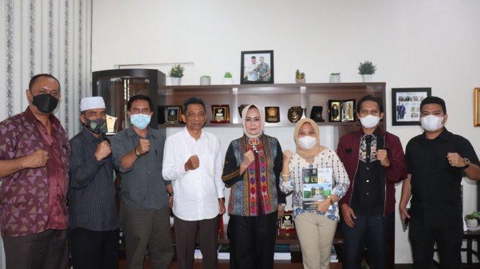Rektor UISU Dr. H. Yanhar Jamaluddin, MAP bersama Direktur PT Gemilang Nusa Kreasindo Ridhani Agustina dan rombongan serta pimpinan UISU foto bersama Agustina usai penandatanganan nota kesefahaman di Kampus UISU Senin (26/7).
