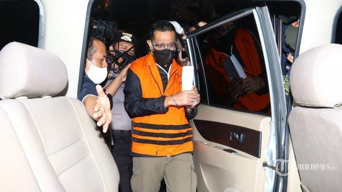 Menteri Sosial Juliari P Batubara mengenakan rompi oranye menaiki mobil tahanan usai menjalani pemeriksaan di gedung KPK, Jakarta, Minggu (6/12/2020). (TRIBUNNEWS/IRWAN RISMAWAN)