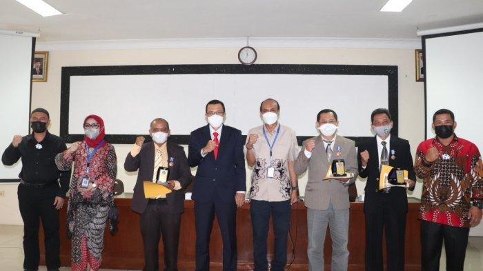 Rektor UISU Dr. H. Yanhar Jamaluddin, MAP, dr. Abd. Harris Pane, SP.OG dan dr. Syaiful Batubara, M.Pd bersama Kepala LLDikti Wilayah I Sumut Prof. Ibnu Hajar usai menerima penghargaan di Aula LLDikti Tanjung Sari Medan, Kamis (19/8).