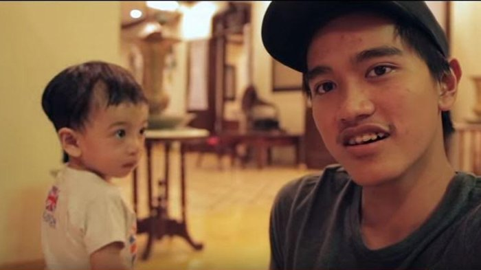 Jan Ethes Diajak Ikut Nonton Laga Persis Solo Vs Bhayangkara FC, Cucu Jokowi Malah Pakai Jersey Ini