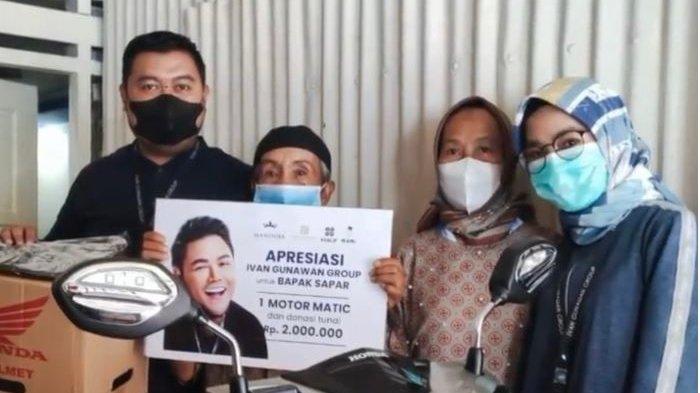 Kakek Safaruddin yang rela bersepeda 15 kilometer demi divaksin viral usai mendapat motor dari Ivan Gunawan.