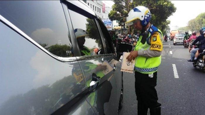 RAGAM Reaksi Pengemudi saat Ditilang Ganjil Genap - Suap Petugas hingga Banyak Polisi Melanggar