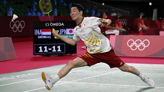 Kanta Tsuneyama dari Jepang memukul bola ke arah Anthony Sinisuka Ginting dari Indonesia dalam pertandingan babak 16 besar bulu tangkis tunggal putra selama Olimpiade Tokyo 2020 di Musashino Forest Sports Plaza di Tokyo, Kamis (29/7/2021).