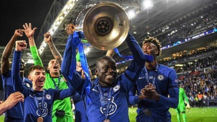 N'Golo Kante (tengah) saat mengangkat trofi Liga Champions seusai laga final yang mepertemukan Man City vs Chelsea di Estadio Do Dragao, Sabtu (29/5/2021) atau Minggu dini hari WIB.
