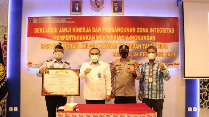 Kantor Imigrasi Kelas I Khusus TPI Medan melaksanakan Deklarasi Janji Kinerja dan Pembangunan Zona Integritas mempertahankan Wilayah Bebas dari Korupsi (WBK) dan Wilayah Birokrasi Bersih dan Melayani (WBBM) di Aula Lantai 2 Kantor Imigrasi Medan, Rabu (24/2/2021).
