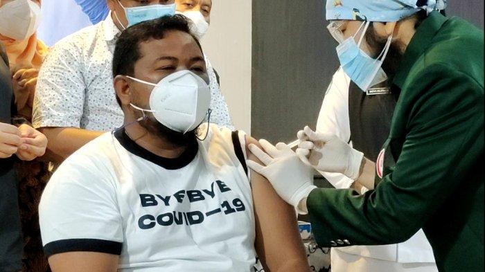 WALI KOTA Tanjungbalai, Muhammad Syahrial saat divaksin oleh dr Johan El Hakim Siregar di Pendopo Rumah Dinas Wali Kota Tanjungbalai.