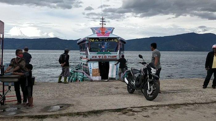 Hari Pertama Penerapan New Normal, Pengunjung ke Samosir Membeludak, Terpaksa Naik Kapal Kayu