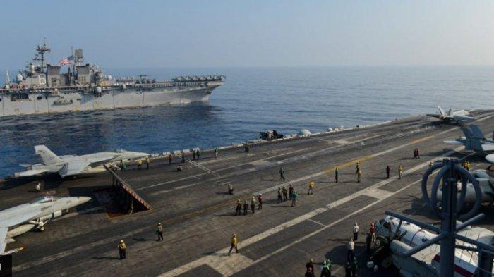 Kapal serbu amfibi USS Makin Island dan kapal induk USS Theodore Roosevelt di Laut China Selatan.