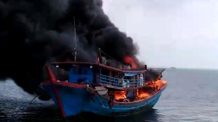 Viral Video Kapal Pukat Apung Terbakar di Perairan Tanjung Api
