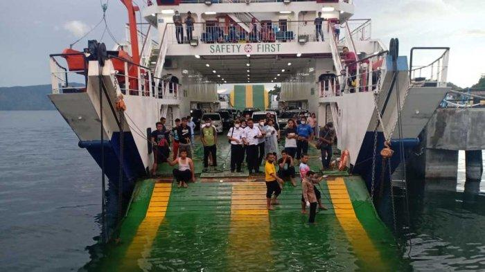 TRIBUN MEDAN/HO Penumpang KMP Ihan Batak berdiri di depan rampdoor yng terjatuh ke dalam Danau Toba di Dermaga Simanindo, Samosir, Senin (31/5/2021). Satu mobil penumpang jatuh ke dalam danau menyebabkan satu orang meninggal dunia.