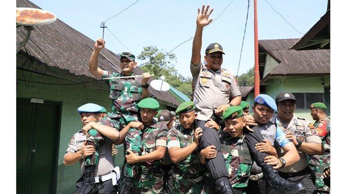 FOTO-FOTO, Kekompakan Pangdam I/BB dan Kapolda Sumut Pascabentrok Oknum TNI vs Polisi di Taput - kapolda-dan-pangdam-diarak.jpg