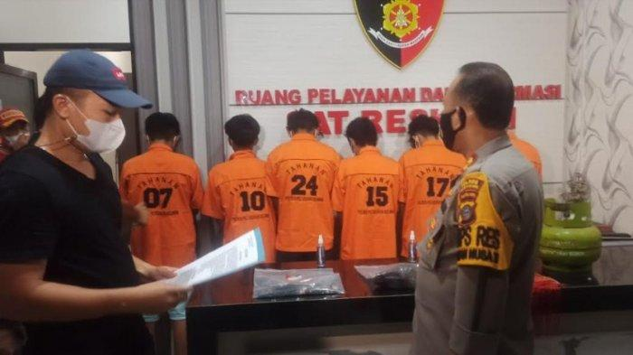 Kapolres Pelabuhan Belawan, AKBP Muhammad Dayan menunjukkan enam pelaku pelemparan bom molotov dan penjarahan. (TRIBUN MEDAN/VICTORY HUTAURUK)