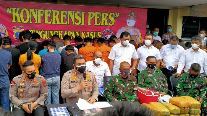 Kapolrestabes Medan Kombes Riko Sunarko saat pimpin pengungkapan kasus penggerebekan KTV Bosque, Senin (14/6/2021).