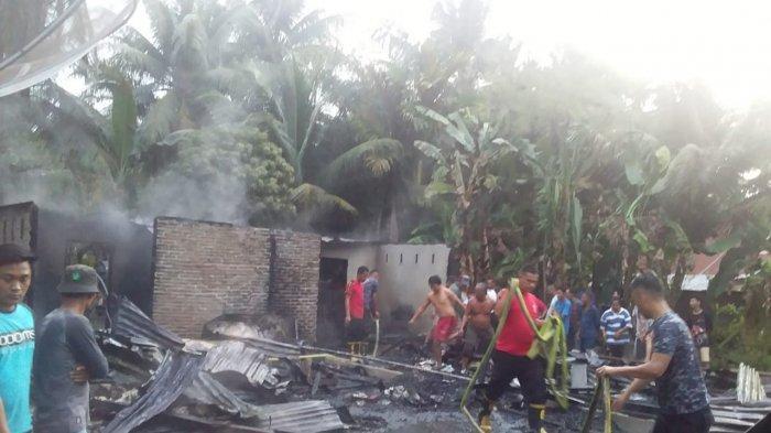 Dua Rumah Sewa Terbakar, Warga Sempat Kocar-kacir Berusaha Lakukan Pemadaman