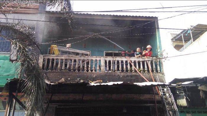 BREAKINGNEWS-Ruko Dua Lantai Hangus Terbakar, Petugas Gotong Jenazah Pakai Kantung Mayat