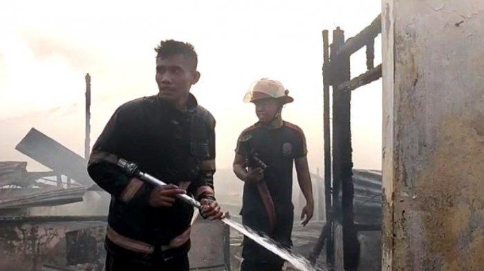 BREAKING NEWS Rumah Pedagang Kue Ludes Terbakar, Lima Mobil Pemadam Dikerahkan