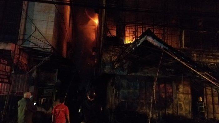Toko Perabot berbentuk ruko di Jalan Brigjen Zein Hamid  terbakar, Rabu (5/5/2021) dini hari tadi