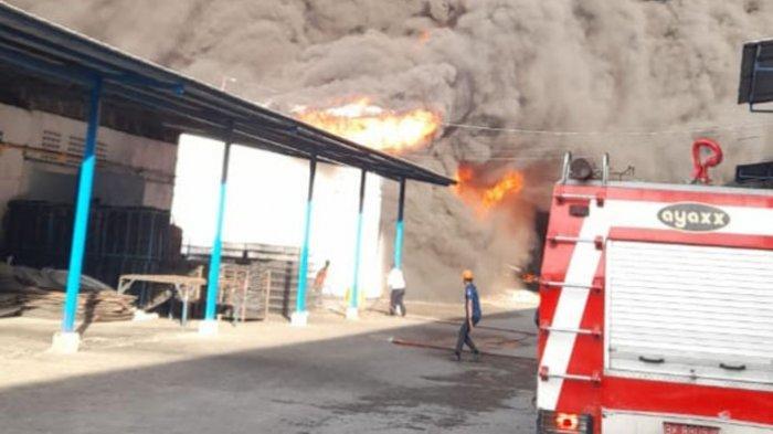 7 Unit Damkar Dikerahkan Padamkan Kebakaran Pabrik Springbed Caesar