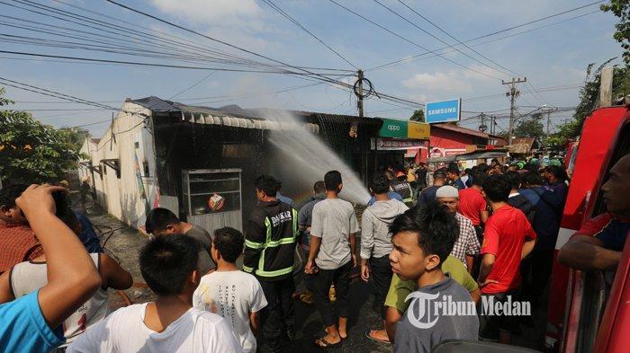 BERITA FOTO Dua Rumah Makan Terbakar Diduga Akibat Kebocoran Kompor Gas di Jalan Seksama Medan - kebakaran-rumah-makan-1.jpg