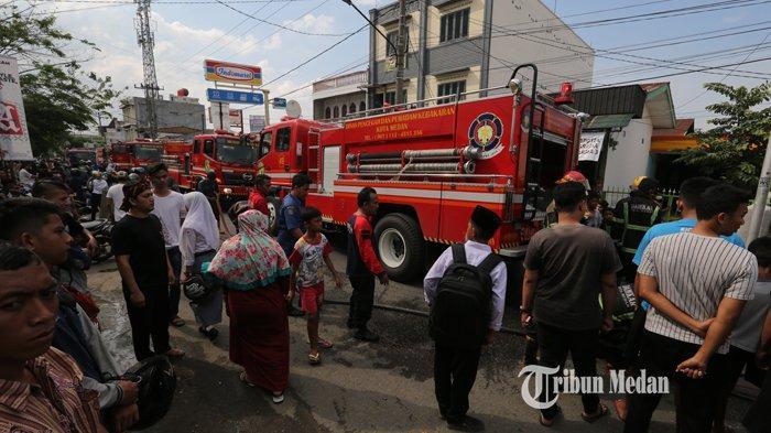 BERITA FOTO Dua Rumah Makan Terbakar Diduga Akibat Kebocoran Kompor Gas di Jalan Seksama Medan - kebakaran-rumah-makan-2.jpg