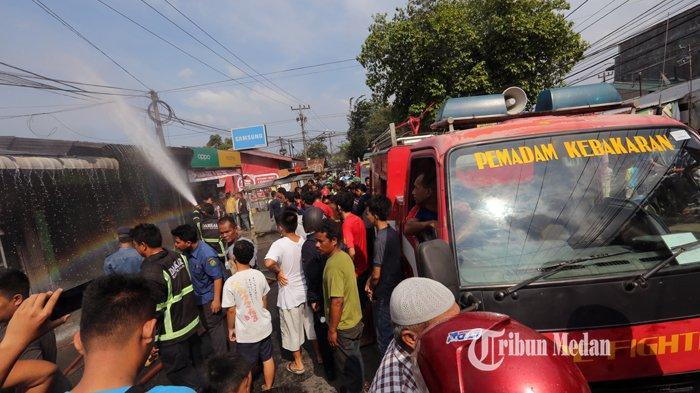 BERITA FOTO Dua Rumah Makan Terbakar Diduga Akibat Kebocoran Kompor Gas di Jalan Seksama Medan - kebakaran-rumah-makan.jpg