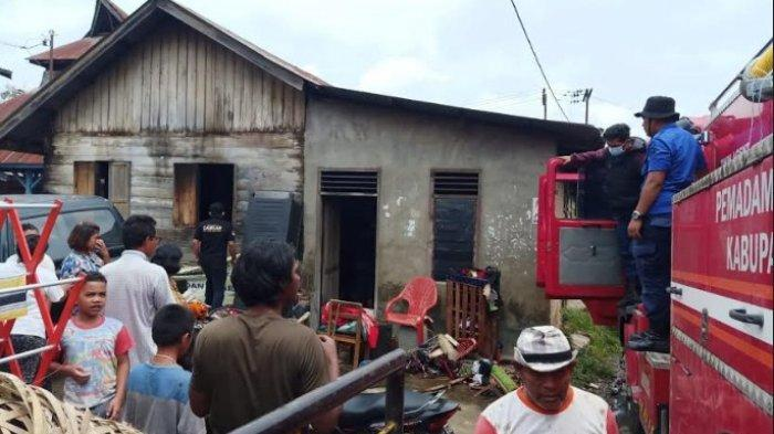 Personel pemadam kebakaran melakukan evakuasi rumah seorang warga Desa Nageri, Kecamatan Munte, yang mengalami kebakaran, Kamis (3/6/2021). (Tribun-medan.com/HO)