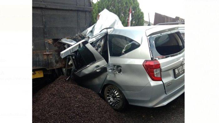 LAKALANTAS Maut di Jalan Besar Namorambe, Seorang Pelajar Tewas setelah Minibus Hantam Truk