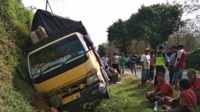 Akibat Rem Blong, Dua Truk Laga Kambing di Simalungun