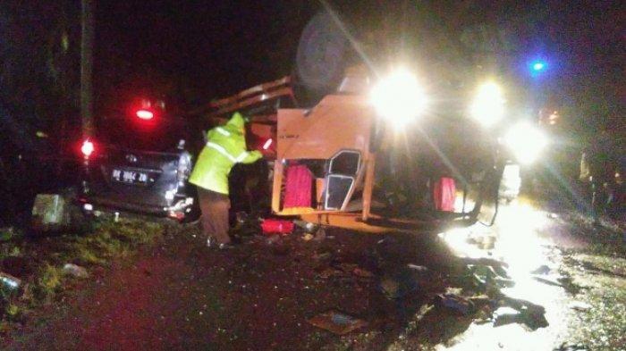 Truk Terguling, Minibus Remuk Tertimpa di Jalinsum Lumbanjulu Toba, Lima Orang Luka-luka