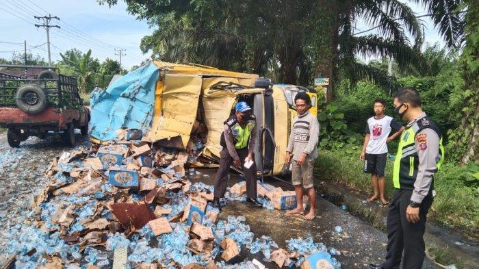 Ribuan Air Mineral Kemasan Tumpah di Jalan Perdagangan
