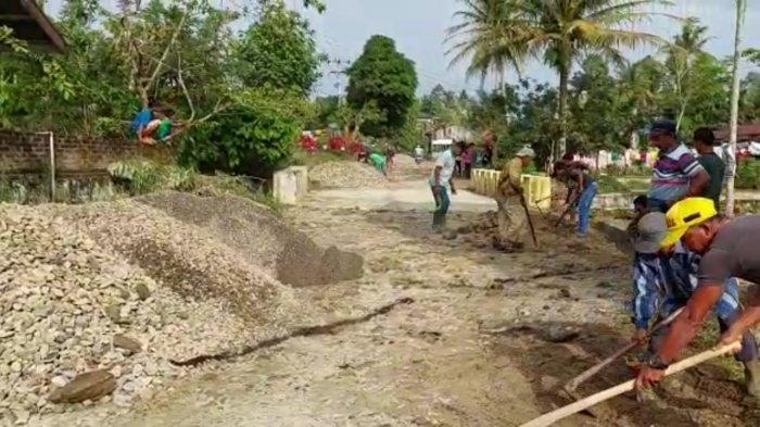 Pemkab Simalungun tak Punya Uang, Warga Hatonduhan Gotong Royong Perbaiki Jalan