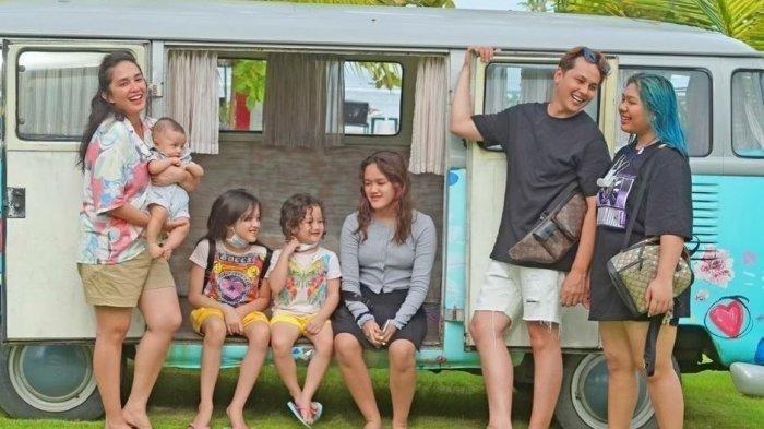 Keluarga Andhika Pratama dan Ussy Sulistiawaty saat liburan ke Bali.