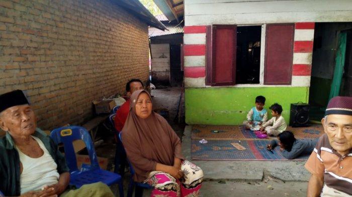 Keluarga pasangan suami istri yang menjadi korban pembunuhan, menggelar tahlilan, Selasa (23/2/2021) malam. Jasad pasutri itu ditemukan di perkebunan tebu Kelurahan Tunggurono Kecamatan Binjai Timur, .