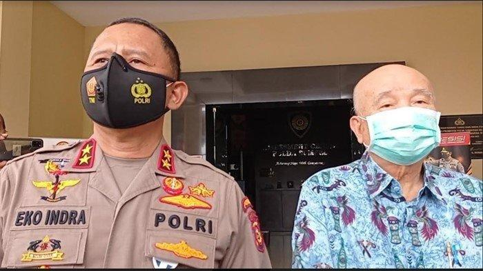 Kapolda Sumsel Irjen Pol Eko Indra Heri dan dokter keluarga alm Akidi Tio Prof dr Hardi Darmawan (kanan) saat ditemui setelah penyerahan dana bantuan Rp 2 Triliun dari keluarga Akidi Tio untuk penanganan covid-19 di Sumsel, Senin (26/7/2021)